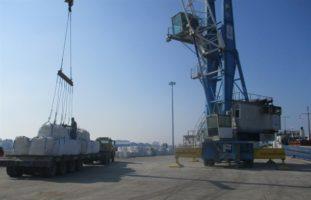 بارگیری نخستین محموله صادراتی سنگ نمک از بندر فریدونکنار به روسیه